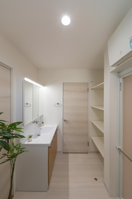 タオルや洗剤等をたっぷり収納できるリネン棚を設置。