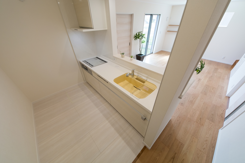 ホワイトベースの清潔感のあるキッチン。イエローのシンクが鮮やかで明るい気持ちにさせてくれそうです。