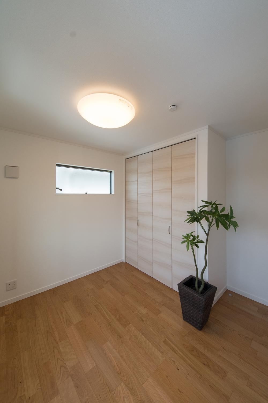 2F洋室/木の温もりを感じる、穏やかな配色の室内。