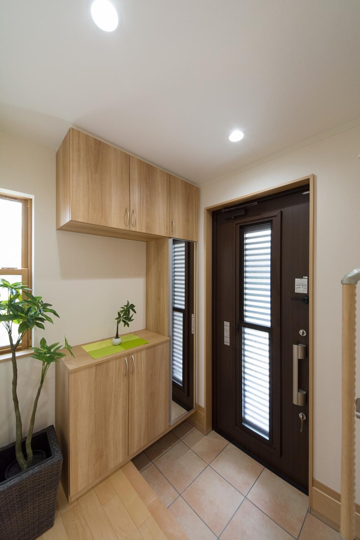 細い格子をあしらって風の通りをデザインした断熱通風ドア。