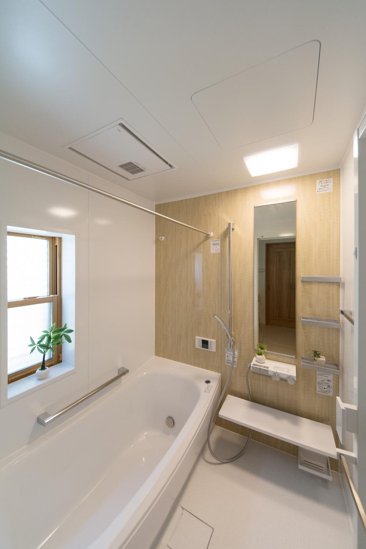 ナチュラルな配色の木目柄アクセントパネルを使用した、心地良い穏やかな空間。