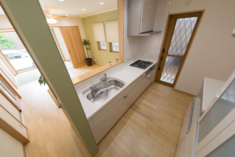 家事を楽しみながら部屋全体を見渡せる対面式キッチン。