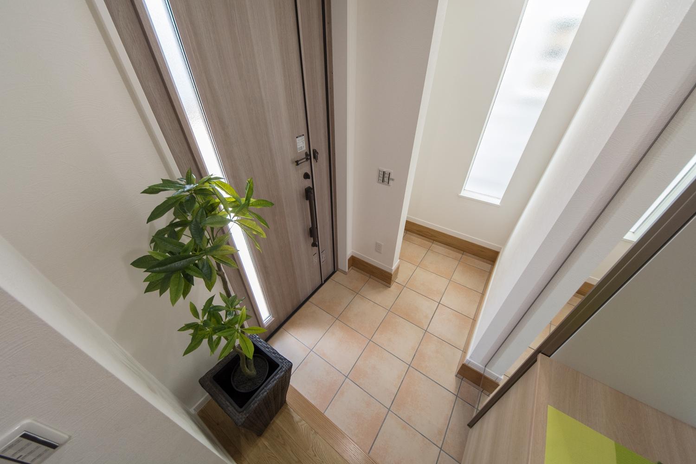 自然光がたっぷりと差し込む、明るく開放感のある玄関。気持ち良くお客様をお迎えできます。