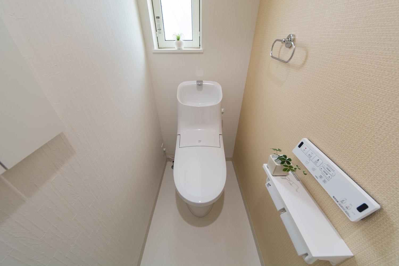 1Fトイレ/アクセントクロスを張って明るい印象の空間に。