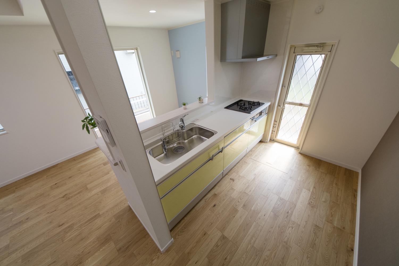 家事を楽しみながら部屋全体を見渡せる対面式キッチン。パステルカラーのクロスやキッチン扉が明るい気持ちにさせてくれます。