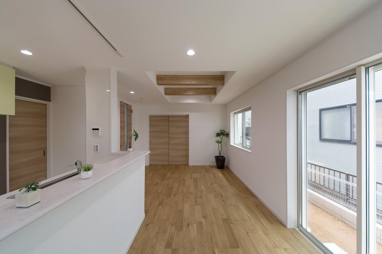 大きめの窓を配置することで、自然の光を採り入れ、明るさを確保し、照明はダウンライトをメインに。