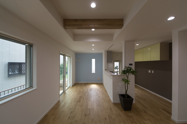 化粧梁が天井のアクセントとして、リビング空間全体をナチュラルな雰囲気に。