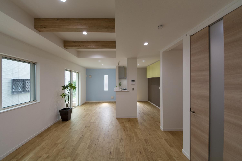 化粧梁をうまく利用し、一部折り上げ天井にすることで、より開放感のあるリビングに。