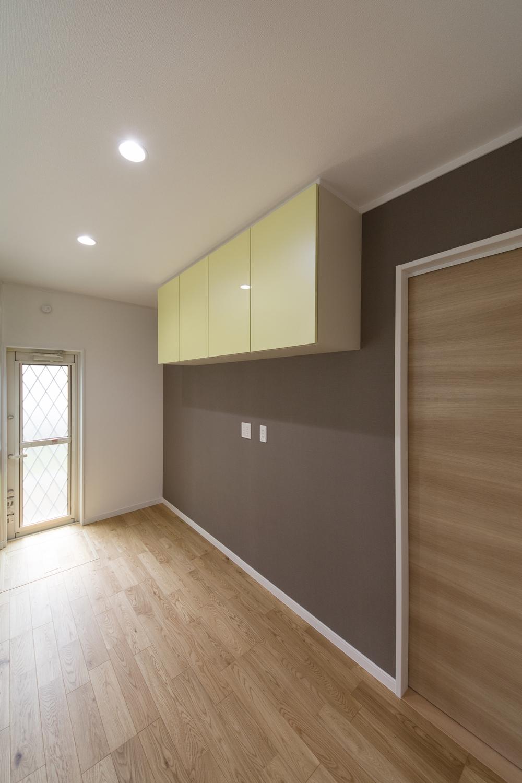 キッチン背面/アクセントクロスを張り、キッチンと同じ配色のカップボードを設置して、モダンな印象に。