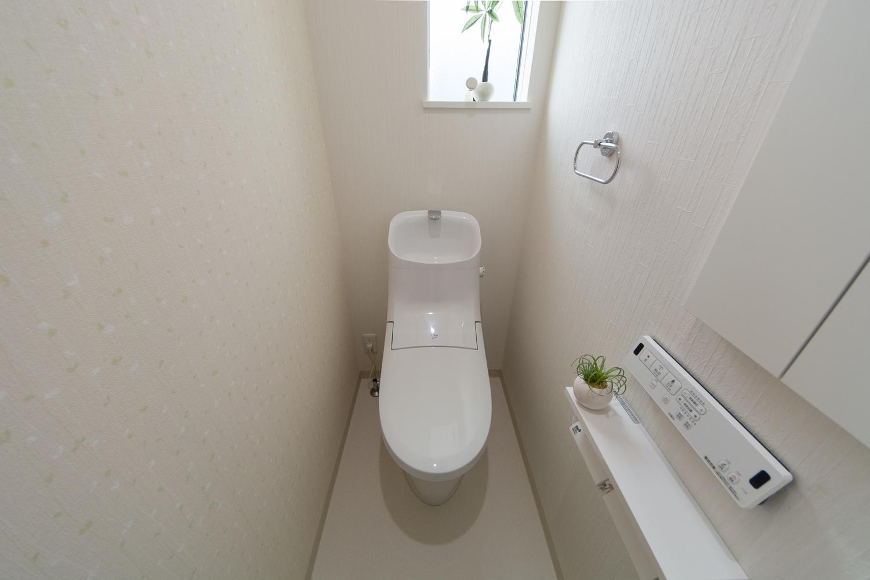 2Fトイレ/アクセントクロスを張って、可愛らしい印象の空間に。