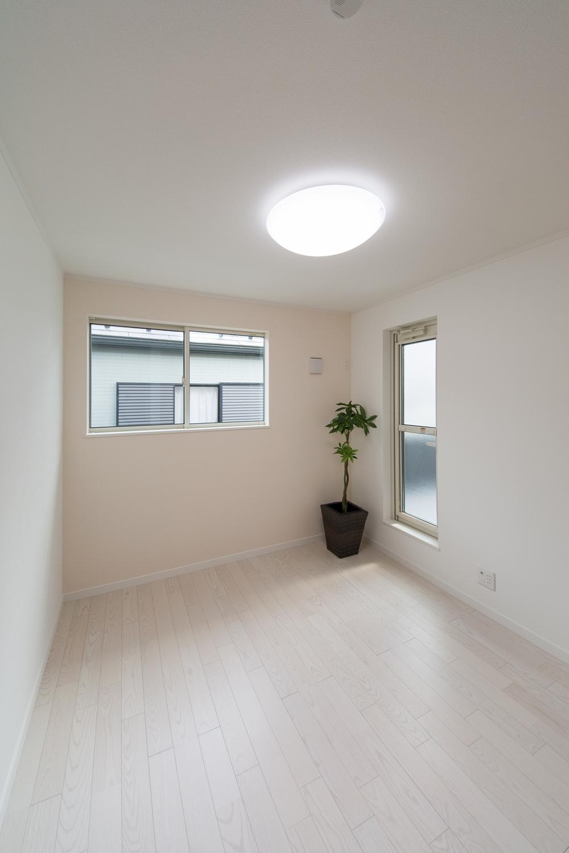 2F洋室/淡いピンクのアクセントクロスが空間を彩り、和やかな雰囲気を演出。