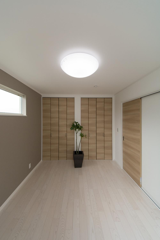 収納たっぷりの2F洋室。アッシュホワイトのフローリングが、爽やかで明るい空間を演出します。