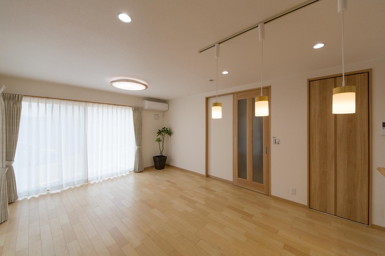 大きな窓から自然のやさしい光が降り注ぎ、明るく開放的なリビング空間を演出。