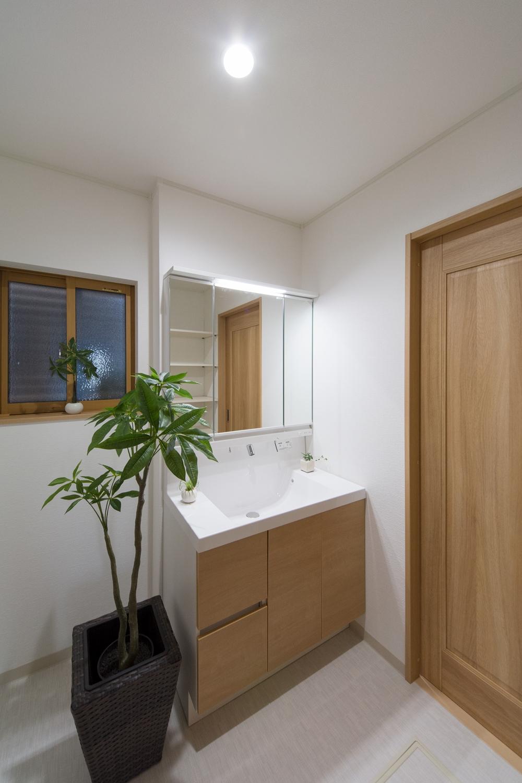 木目調の洗面化粧台がナチュラルな雰囲気の空間を演出するサニタリールーム。