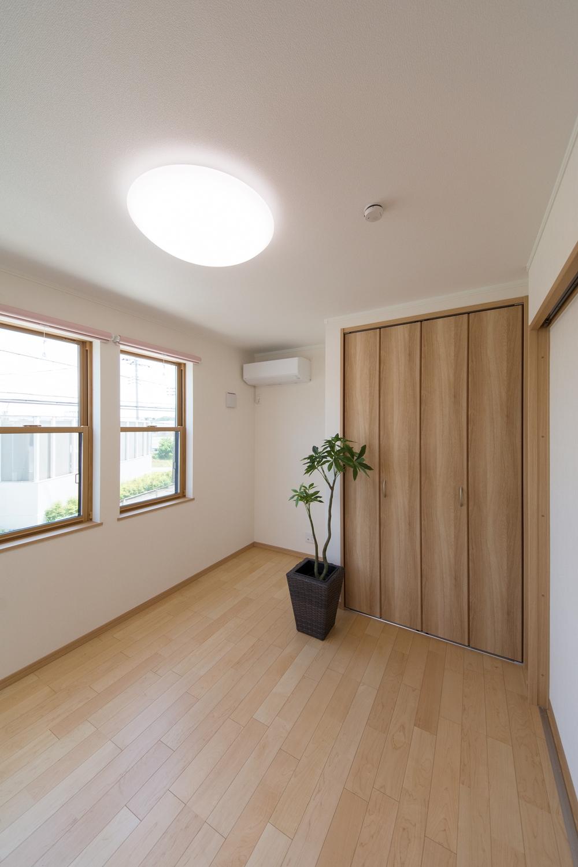 2階洋室。2連の上げ下げ窓が、やさしい光とさわやかな風を室内へと誘います。
