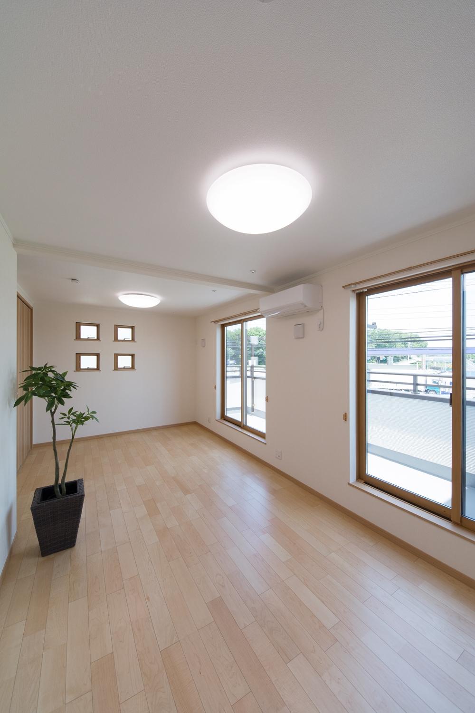 大きな窓から自然のやさしい光が降り注ぎます。
