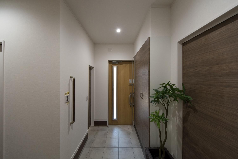 三世帯兼用のシューズクロークを設えた玄関。世帯間のゆるやかなつながりを持つことができます。