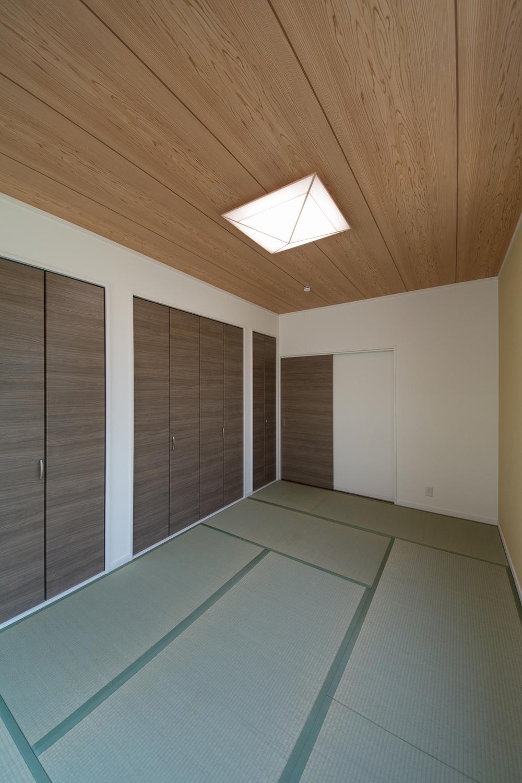 1F畳敷き洋室(おばあちゃま住居)天井と畳のグリーンの和のテイストとブラウンのクローゼットが相まって、和モダンな空間を演出します。