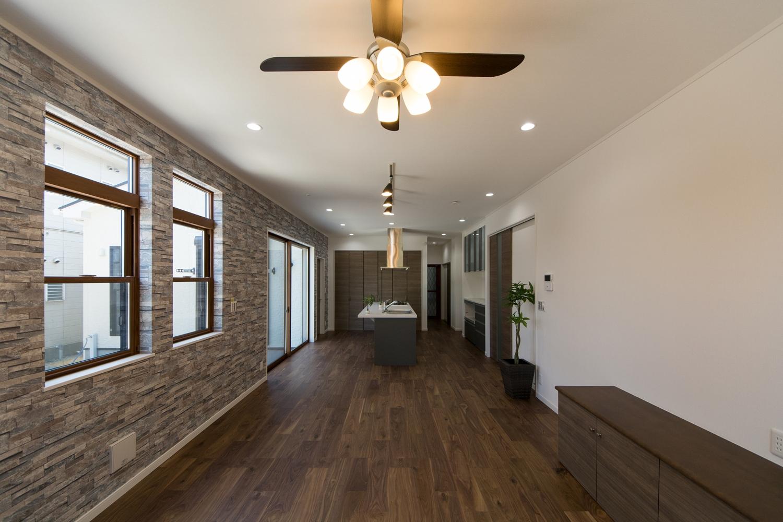 1階(おばあちゃま+親世帯)LDK。ハイスタッド仕様で天井が高く広々と開放的。高級感漂う、ラグジュアリーな空間。
