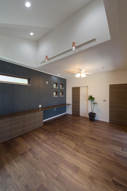 書斎やパソコンスペースとして使える、収納付カウンターを設えました。