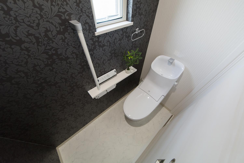 2階トイレ。植物をモチーフにしたボタニカル柄のクロスが大人っぽさや上品さを演出します。