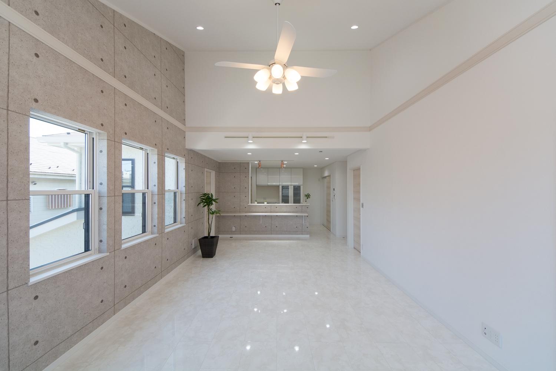 2階LDK(子世帯住居)。高級感のある大理石の風合いをリアルに再現した白い床は、ご主人のご要望で、美しい鏡面仕上げの最高級グレードを使用しました。