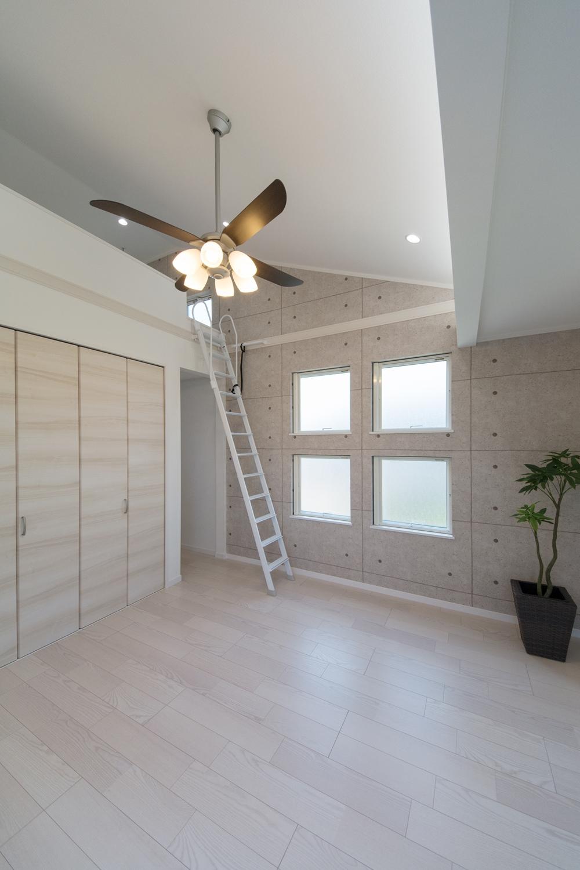 勾配天井と大きな開口部のあるロフトがお部屋に更なる高さと開放感を生み出しています。