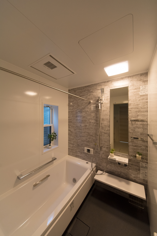 2Fバスルーム(子世帯専用)ライトグレーの石目柄アクセントパネルが上質な空間を演出。