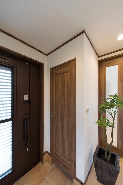 シューズクロークのある便利な玄関。木の温もり感じる暖かみのある空間に