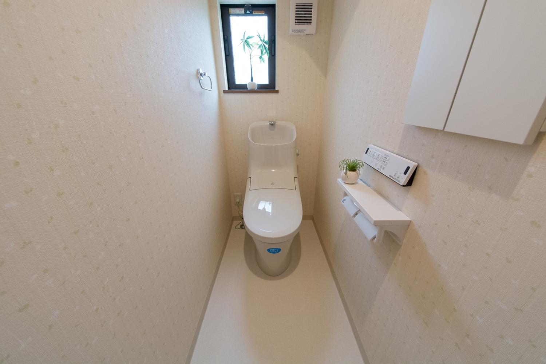 リーフ柄のクロスが可愛らしい1Fトイレ。