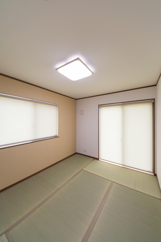 空間を彩るアクセントクロスは和紙の風合いで、落ち着いた印象に