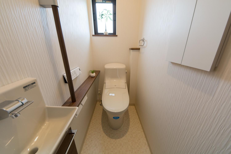 2Fトイレ。手洗いと手摺りを設置した使い勝手のよい空間です。