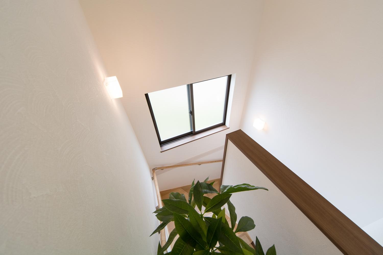 窓からの優しい光が差し込む明るい階段ホール。
