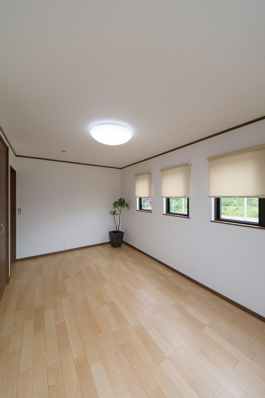 2F洋室/3連の窓が、やさしい光とさわやかな風を室内へと誘います。