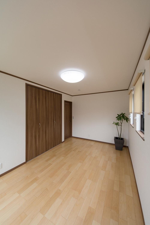 白のクロスとハードメイプルのフローリングが優しい雰囲気を演出する2F洋室。