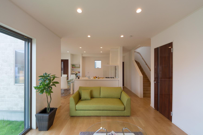 明るく開放的なLDK。室内にリビング階段を取入れ家族の笑顔とコミュニケーションを育みます。
