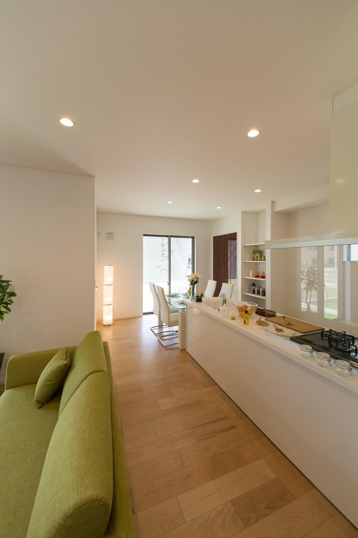 白を基調とした明るい空間。ゲストが集まるおもてなし上手のキッチン&ダイニング。