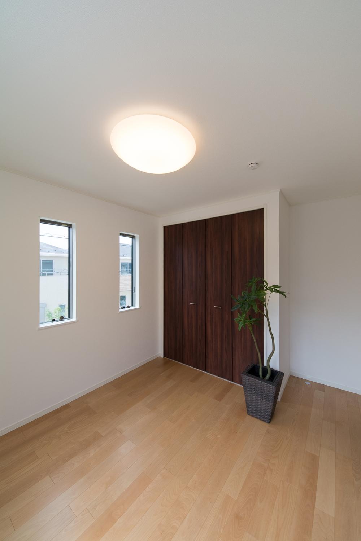 穏やかな木目のバーチを床材にダークブラウンの建具を合わせた、ナチュラルな空間の2階洋室。