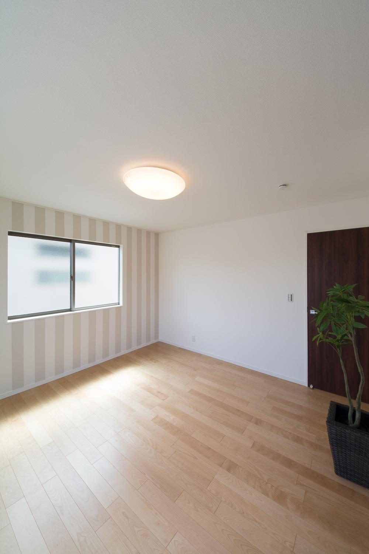 2階洋室/ストライプ柄のアクセントクロスが、スタイリッシュな空間を演出