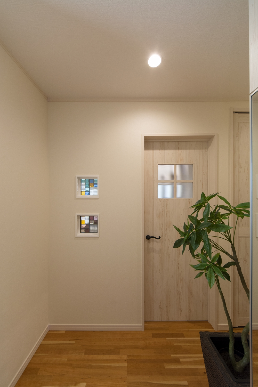 玄関ホールとリビングの間に設えたステンドグラスが空間を彩ります。
