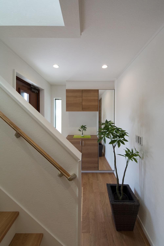 白いクロスに木目調の収納やフローリングが、ナチュラルな配色で暖かみのある空間に