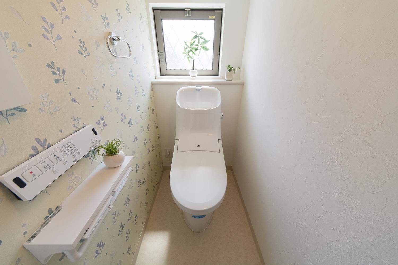 1階トイレ/さりげなくハートの形♪葉っぱ模様のアクセントクロスがキュートです。