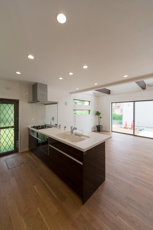 見た目も機能美も追及したペニンシュラ型キッチン。扉カラーは美しい光沢を放つ、ダークブラウンの木目模様。