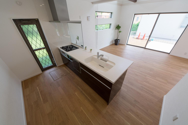 眺望や家族との会話も楽しめる開放感が心地よいキッチンスペース
