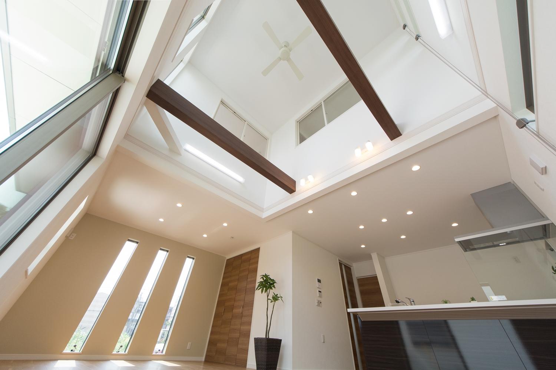センターにある吹抜けから光がこぼれ、家の中が爽やかな明るさで満たされます。