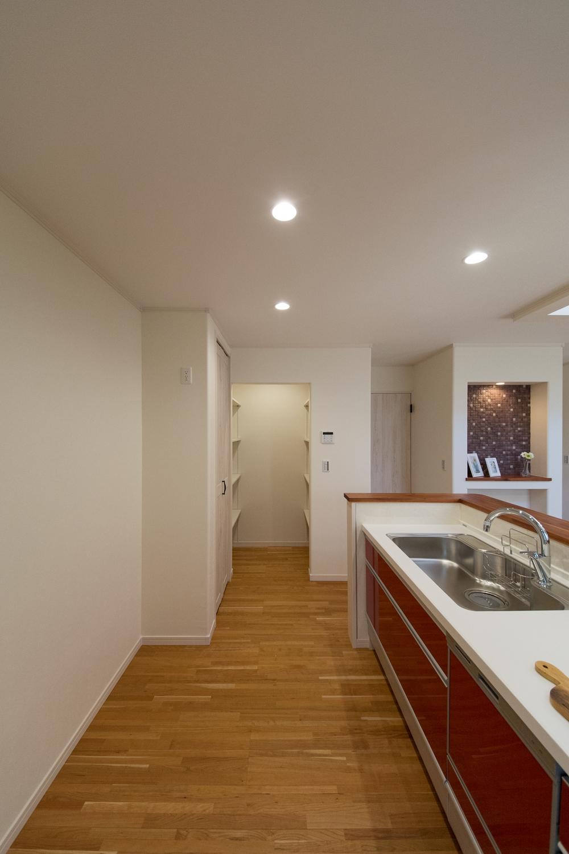 キッチン廻りをいつもスッキリ使えるパントリーを配したミセスに嬉しい設計に。