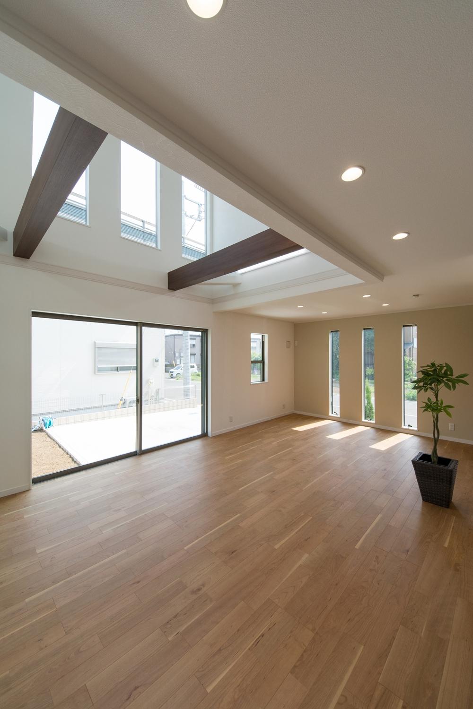 吹抜け空間+大きめの窓と3連の窓を配した、とにかく明るいリビングダイニング