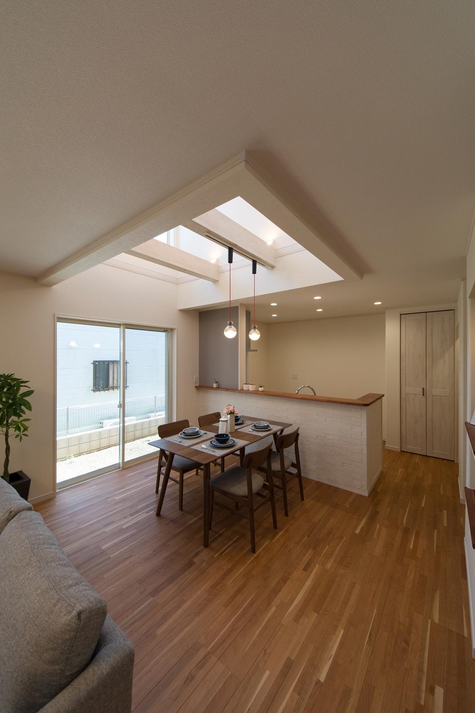 キッチンカウンターに貼ったレンガ模様のエコカラットが、快適な空気環境を実現するとともに、素材感が楽しめます。