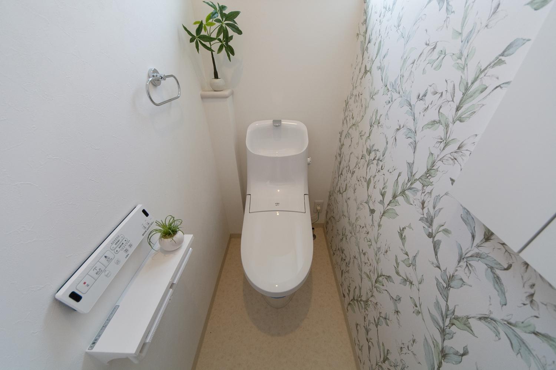 2階トイレ/植物をモチーフにしたアクセントクロスが大人っぽさや上品さを演出します。