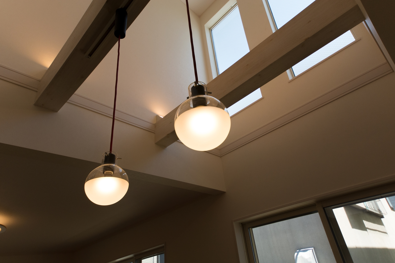ペンダントライトの柔らかな光が、空間にあたたかみをプラス。